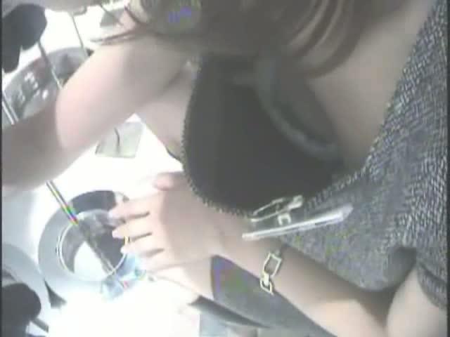 【胸チラ盗撮動画】景気よく胸元が開いてしまった瞬間!覗き込みアングルで美人ショップ店員さんの乳頭を制覇w