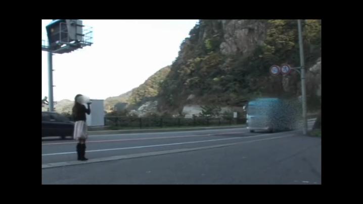 ヒッチハイクのようにトラックを止めて逆ナンパする人妻。